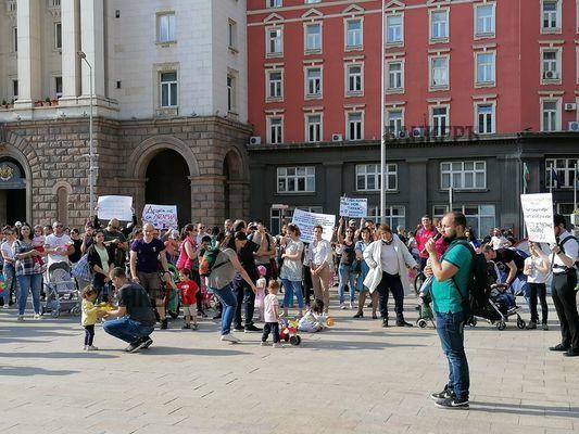 Родители на протест: Децата ни не са лотарийни билети