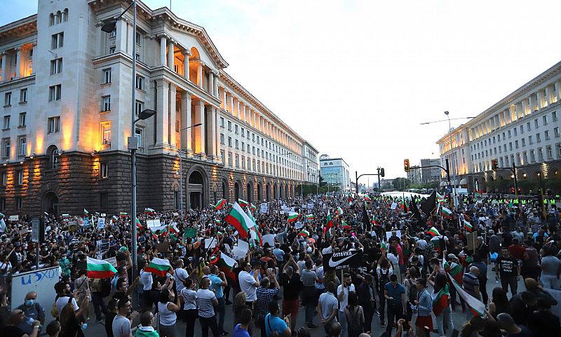 Ден 8 на протестите. Недоволните потеглиха към НС /снимки и видео/